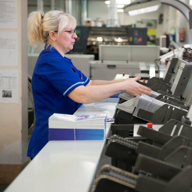 Pracownik firmy Drukarnia Misiuro w Gdańsku przygotowuje maszyny do druku.